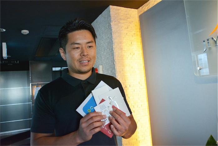 自由が丘ジム代表トレーナーが手紙を持っている写真